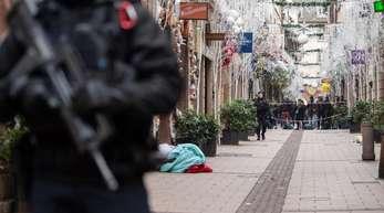 Ein Polizist steht nach einem Angriff in der Gegend des Straßburger Weihnachtsmarkts vor einem Tatort.