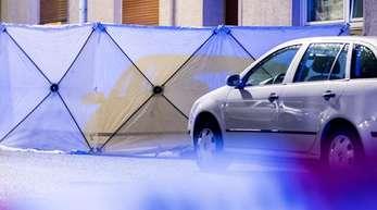 Ein Sichtschutz steht vor einer Häuserreihe in Bochum. Ein Polizist hat bei einem Einsatz einen Mann erschossen.