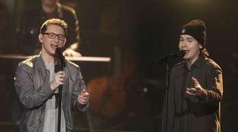 "Samuel Rösch (l) mit dem Sänger Lukas Graham im Finale der Castingshow ""Voice of Germany""."