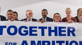 Vertreter der High Ambition Coalition halten beim Weltklimagipfel ein Banner mit der Aufschrift «Together for Ambition».