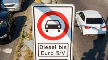 Ein Fahrverbotsschild für Fahrzeuge mit Diesel-Motor bis Euro5 steht an der Max-Brauer-Allee in Hamburg.