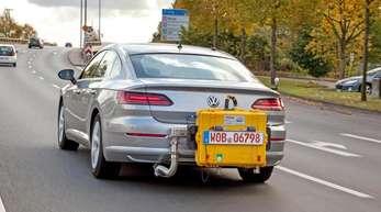 Mit mobilem Testgerät: Ein Volkswagen Arteon beim WLTP-Abgastest. Die EU will die CO2-Grenzwerte noch einmal deutlich verschärfen.