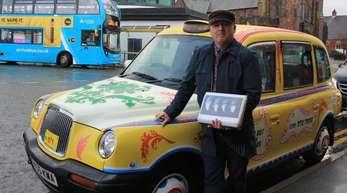 Ian Doyle mit seinem «psychedelischen Taxi in John-Lennon-Farben».