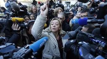 Schumacher-Managerin Sabine Kehm beantwortet vor der Universitätsklinik in Grenoble zum Gesundheitszustand von Michael Schumacher.