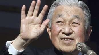 Japans Kaiser Akihito beim Neujahrsgruß auf dem verglasten Balkon seines Chowa-Den-Palastes.