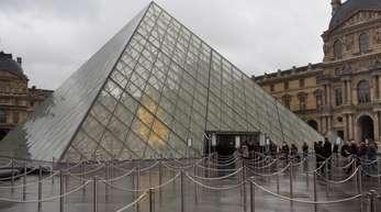 Blick auf die Pyramide im Innenhof des Louvre-Museums. 10,2 Millionen haben das Museum im vergangenen Jahr besucht.