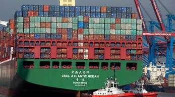 Ein chinesisches Containerschiff legt im Hafen von Hamburg an.