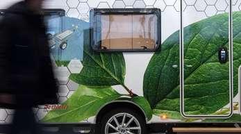 Ein Besucher geht am ersten Tag der Reisemesse CMT an einem einem Detlefs e.home coco!, einem elektrisch angetriebenen Caravan vorbei.