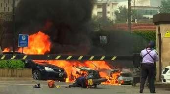Der Ausschnitt aus einem Video zeigt eine Explosion in Kenias Hauptstadt. Geschützfeuer und Explosionen wurden in der Nähe eines gehobenen Hotelkomplexes gemeldet.