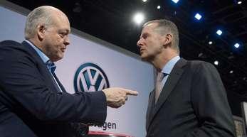 Ford-Chef Jim Hackett (l) und Herbert Diess, Vorstandsvorsitzender von VW unterhalten sich auf dem Messestand von VW auf der Automesse in Detroit.