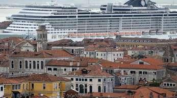 So groß für eine so kleine Stadt? Das Kreuzfahrtschiff «MSC Preziosa» navigiert im Canale della Giudecca in Venedig.