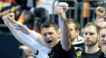 Deutschlands Trainer Christian Prokop jubelt neben seinen Spielern.