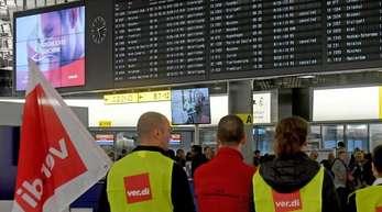 Streikposten haben während eines vierundzwanzig Stunden dauernden Warnstreiks Stellung am Flughafen Hannover bezogen.