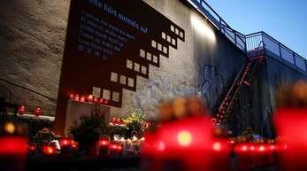 Kerzen brennen an der Unglücksstelle der Loveparade in Duisburg.