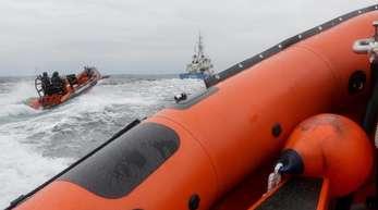 Beamte der Bundespolizei See simulieren mit einem Festrumpfschlauchboot einen Piratenangriff (Archivbild).