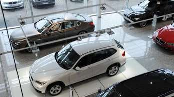 Neuwagen stehen in einem BMW-Autohaus in Bayern.
