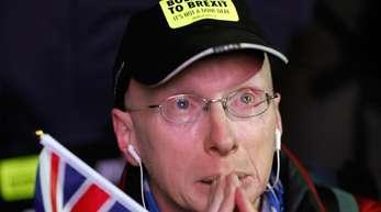 Ein Anti-Brexit-Demonstrant auf dem Parlamentsplatz. Das britische Parlament hat das Brexit-Abkommen abgelehnt.