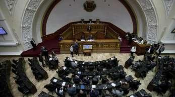 Abgeordnete nehmen an einer Sitzung in derNationalversammlung teil, um über Maßnahmen gegen Maduro zu diskutieren.
