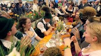 Fröhlich verfolgen Gäste der Bayern-Halle auf der Internationalen Grünen Woche in Berlin beim Ländertag Bayerns die kulturellen Darbietungen.
