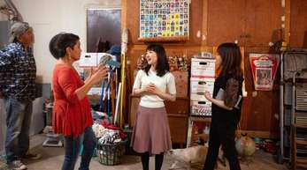 Die japanische Bestsellerautorin Marie Kondo (2.v.r.) in einer Szene der Netflix-Serie «Aufräumen mit Marie Kondo».
