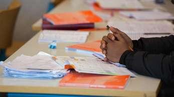 Arbeitsmaterialien auf dem Tisch einer Vorbereitungsklasse mit Flüchtlingen.