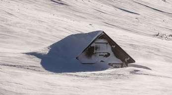 Auf der Schweizer Schwägalp ist ein Gebäude von den Schneemassen fast vollständig umgeben.