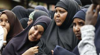 Angehörige nehmen in Nairobi an der Beerdigung zweier Opfer des von Islamistenm verübten Terroranschlages teil.