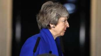 May hält es für ihre Pflicht, Großbritannien aus der EU zu führen. Das sagte die britische Premierministerin bei einer nächtlichen Ansprache vor dem Regierungssitz in London.