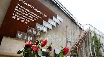 Rosen verwelken an der Loveparade-Gedenkstätte. Das Gericht hält die Einstellung des Prozesses für denkbar.