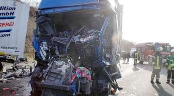 Einsatzkräfte der Rettungsdienste sichern die Unfallstelle auf der A8. Ein Lastwagenfahrer war mit einem Sattelzug auf ein Stauende aufgefahren.
