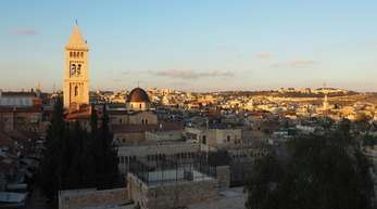 Blick über die Altstadt von Jerusalem, in der Mitte der Turm der evangelischen Erlöserkirche.