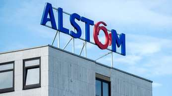 Das Logo des Bahntechnik-Herstellers Alstom auf dem Alstom-Verwaltungsgebäude in Salzgitter.