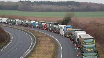 Lastwagen auf der A526 außerhalb von Dover:Die britiscche Regierung testet jede Möglichkeit, das Brexit-Chaos zu begrenzen.