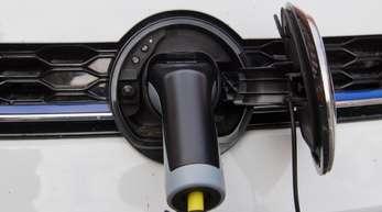 Ein Elektroauto wird an einer E-Ladestation aufgeladen.