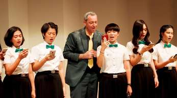 Rainald Grebe hat thailändischen Studentinnen in einem mehrtägigen Kurs deutsche Popsongs und Volkslieder beigebracht.