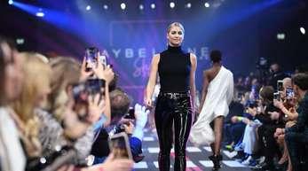Lena Gercke präsentiert auf der Berlin Fashion Week eine Kreation des Labels «Maybelline».