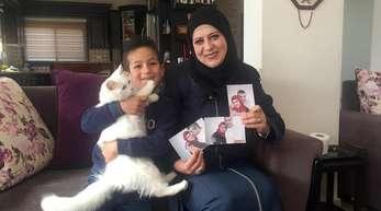 Sohn Madschd (5) und Lydia Rimawi (42) in ihrem Wohnzimmer in Rima.
