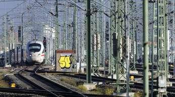 Ein ICE fährt in den Leipziger Hauptbahnhof ein. Mit einem milliardenschweren Programm soll die Elektrifizierung der Schiene vorangetrieben werden.