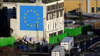 Lastwagen verlassen eine Fähre im Hafen von Dover. Die britische Regierung hat Verträge mit Reedereien abgeschlossen, um mögliche Engpässe nach dem Brexit abzufedern.
