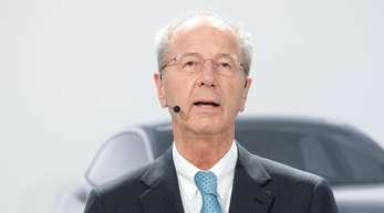 Hans Dieter Pötsch spricht bei einer Pressekonferenz im Volkswagen Werk.