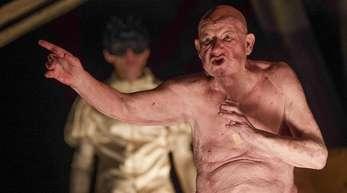 """Die Schauspieler Rocco Mylord (l) und Jürgen Holtz in """"Galileo Galilei - Das Theater und die Pest"""" in Berlin."""