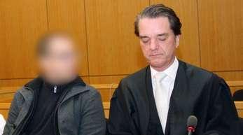 Der unter anderem wegen der Zwangsprostitution von Frauen angeklagte «Brummi-Andi» neben seinem Anwalt Marcus Hertel.
