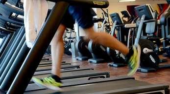 Mehr Sport, gesünder essen, weniger Kaffe oder Alkohol - fürs neue Jahr fassen viele Menschen gute Vorsätze.
