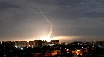 Syrische Luftabwehr am Himmel über Damaskus.