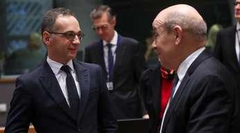 Heiko Maas, Außenminister von Deutschland, spricht mit seinem französischen Amtskollegen Jean-Yves Le Drian.