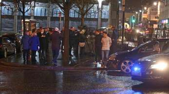 Nach der Explosion in der Innenstadt der nordirischen Stadt Londonderry geht die Polizei Hinweisen auf eine Autobombe nach.