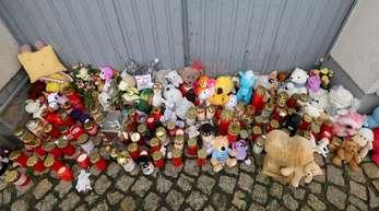 Kerzen und Plüschtiere vor dem Eingang des Hauses, in dem die Sechsjährige ums Leben kam.