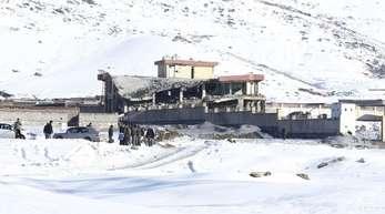 Mitglieder der afghanischen Sicherheitskräfte inspizieren den Ort des Taliban-Angriffs.