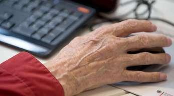 Sogar 45 Prozent der über 70-Jährigen inDeutschland ist mittlerweile im Internet unterwegs.