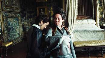 """Olivia Colman (r) als QueenAnne und Rachel Weisz als Lady Sarah in einer Szene des Films """"The Favourite - Intrigen und Irrsinn""""."""